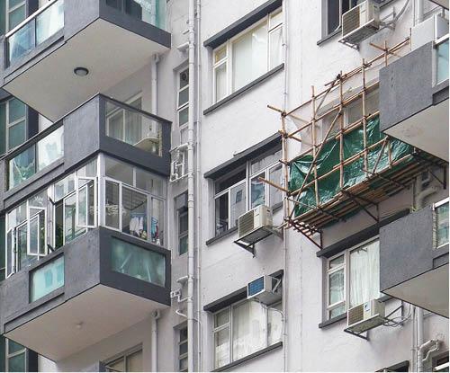 半山區住宅僭建的露台和竹棚