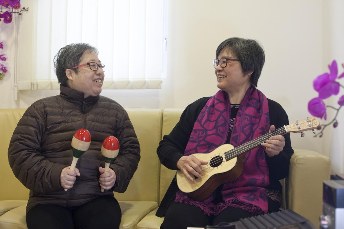 (左)萍萍與(右)彩容萍水相逢,全因音樂結緣。