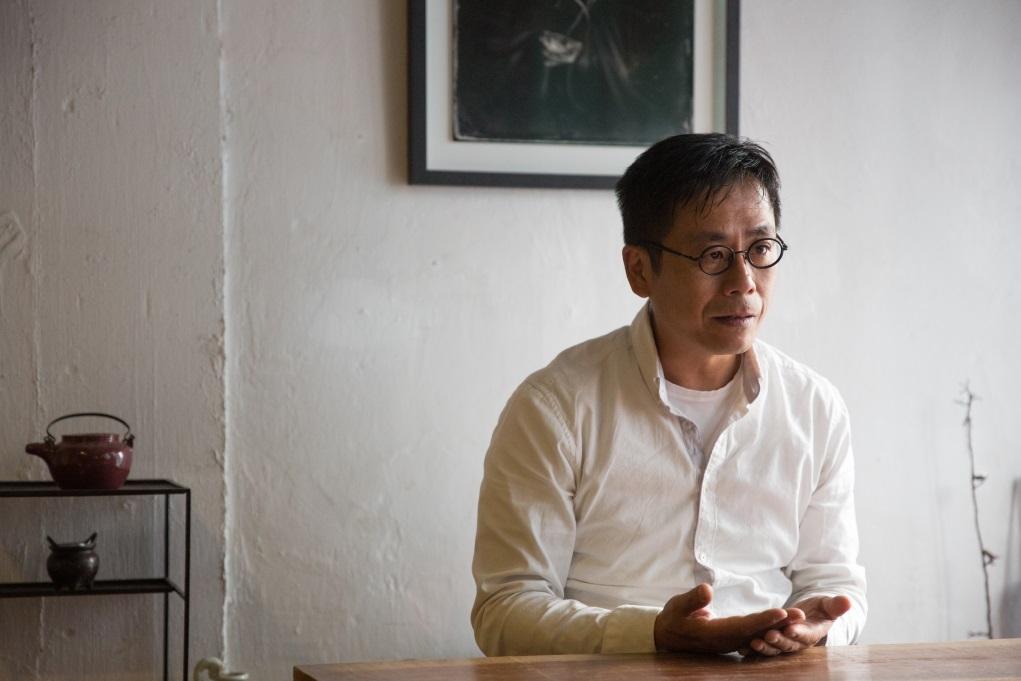 謝至德九十年代從事攝影記者出身,近年投身視覺藝術創作,作品聚焦香港社會及身份議題,亦蘊含宗教及哲理思考。