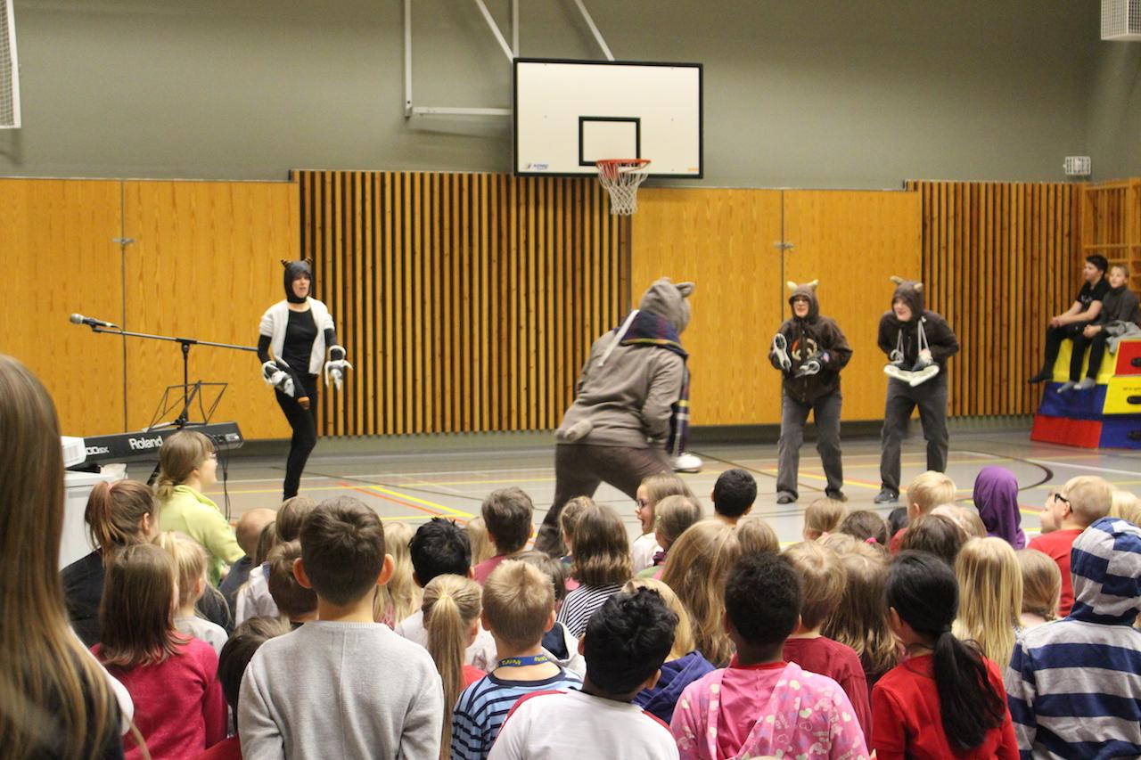 在天才表演時間,老師們也參與其中,以身教鼓勵學生勇於表現自我。
