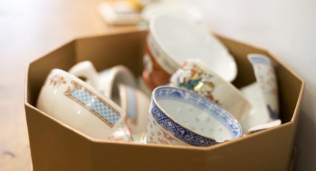 Tommy收集起店內被摔破的杯子,託人製成飾物,讓記憶繼續流傳。