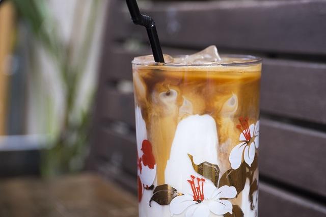 另一款杯子,iced latte斑駁的鮮奶與咖啡成了紅花圖案的底色,襯托它的艷美。
