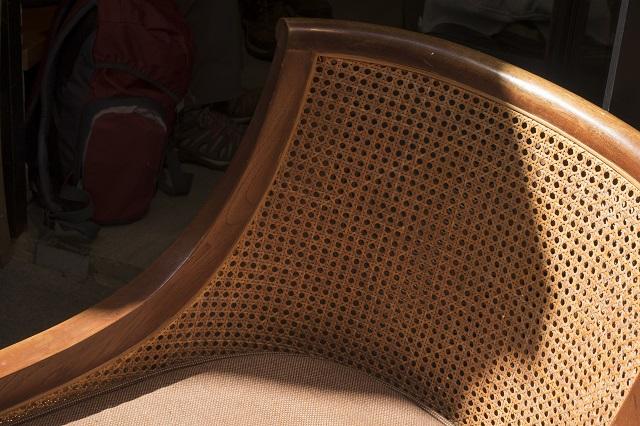 低調的梳化籐椅,在後巷寫意地曬太陽。