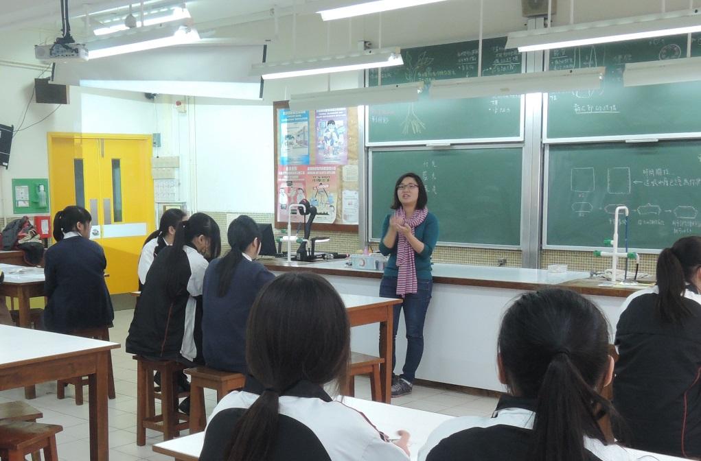 Zoe有時亦會到訪中學,舉行月事講座及自製布衛生巾工作坊,學生在過程中能大膽發問。
