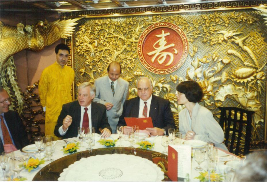 1997年五月九日,前港督彭定康及德國總理科爾在禮堂內留影。(圖片由鏞記提供)