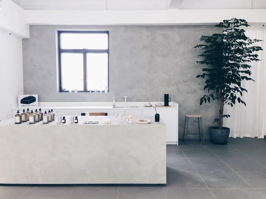 工作櫃枱和流理台的直角與整個空間,形成簡潔的線條。