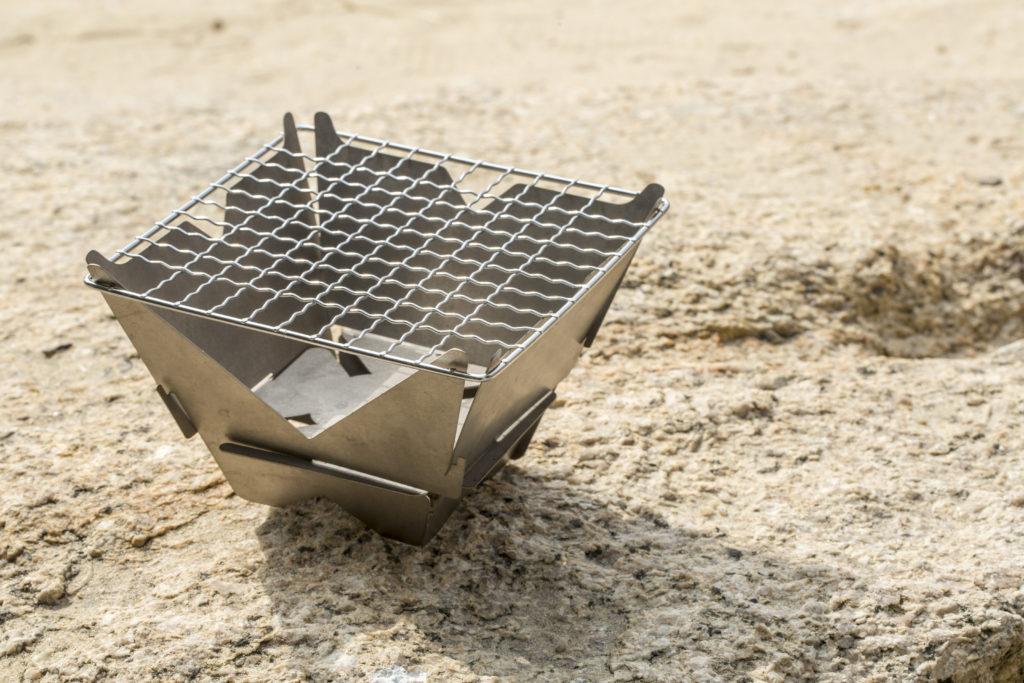 他設計出來的野炊爐簡單亦容易組裝,放炭的層隔跟肉距離近,但只要用菊花炭就能近距離燒烤。