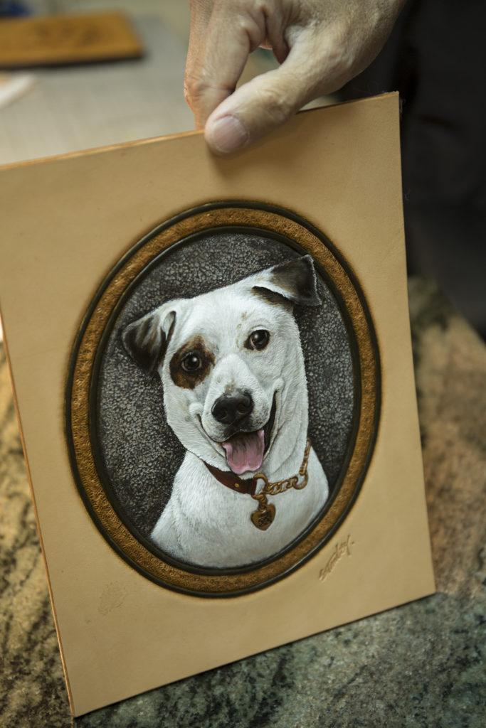 Stanley巧手雕刻的愛犬皮雕肖像,是一幅無價之寶。