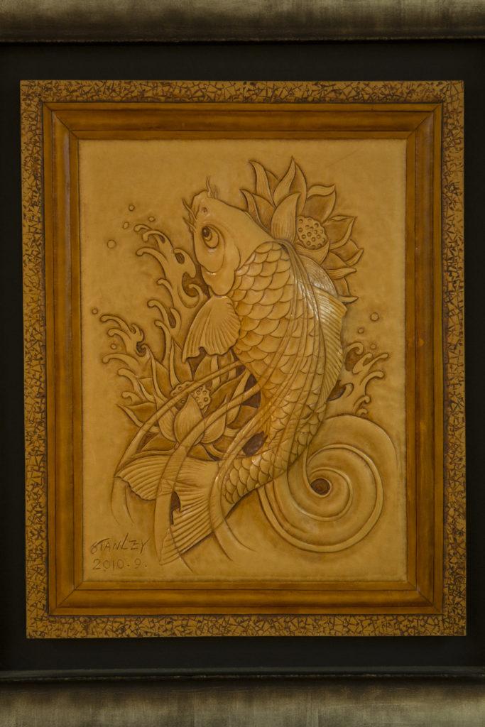 一尾錦鯉從蓮花池中一躍而起,寓意「年年有魚」。