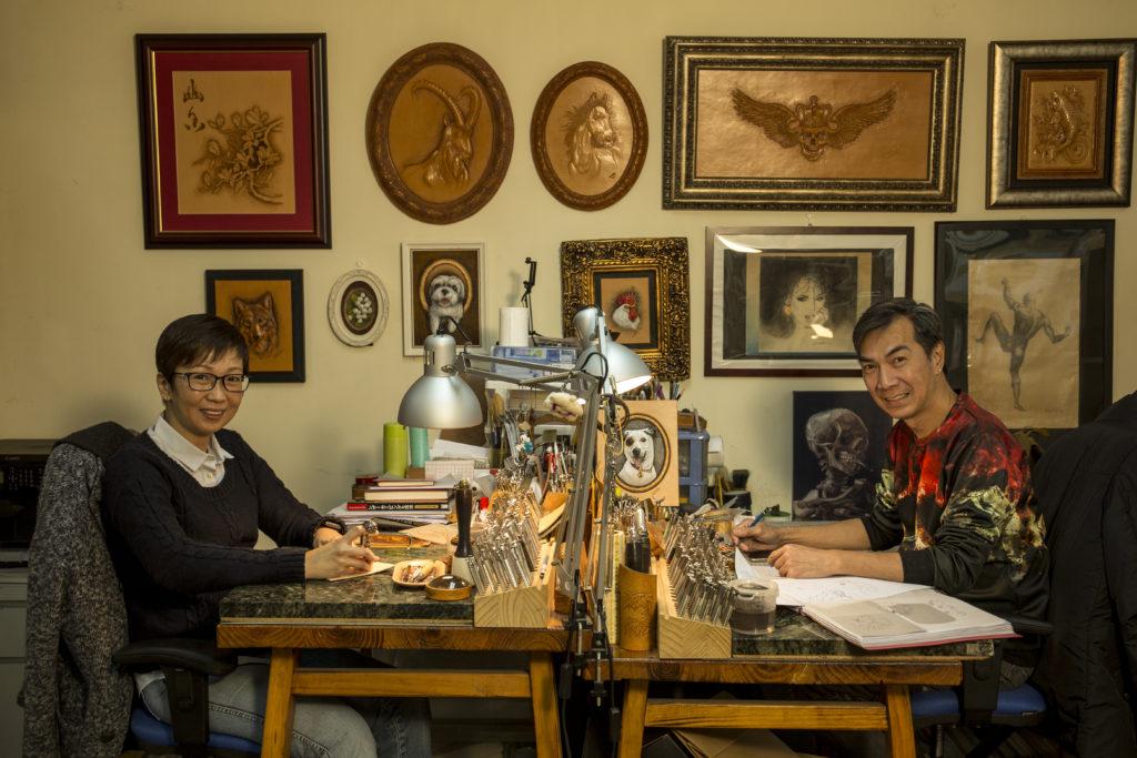 Stanley(右)和Christine(左)是同門師兄妹,師承本地皮雕名師穆志剛。
