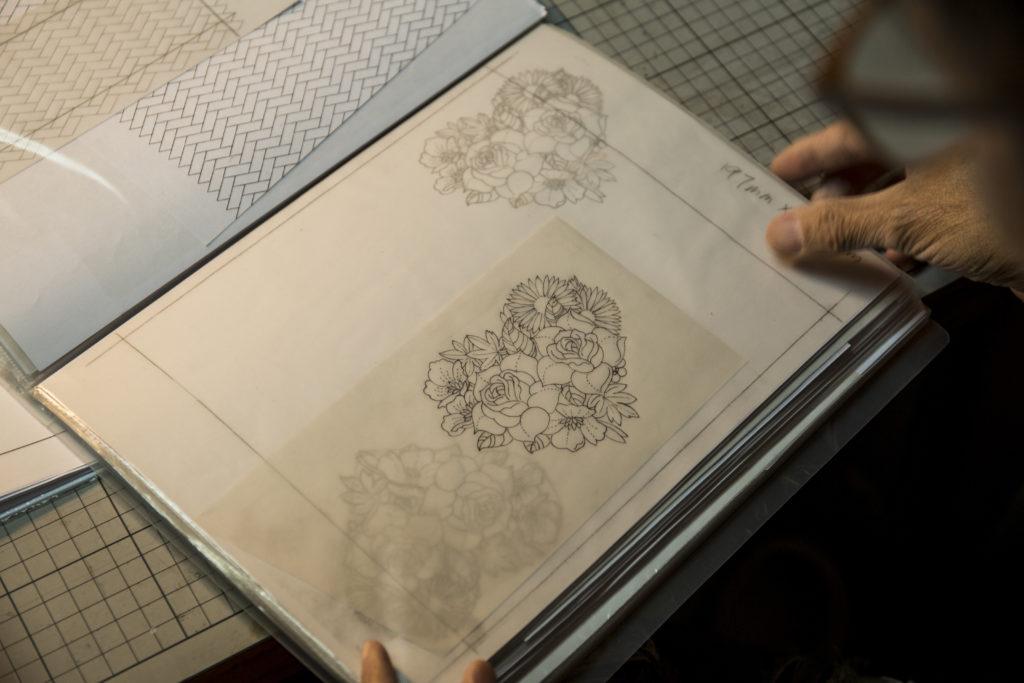 Stanley素有美術天份,皮雕圖案都是他描繪的,工作室放滿厚厚的草圖簿。