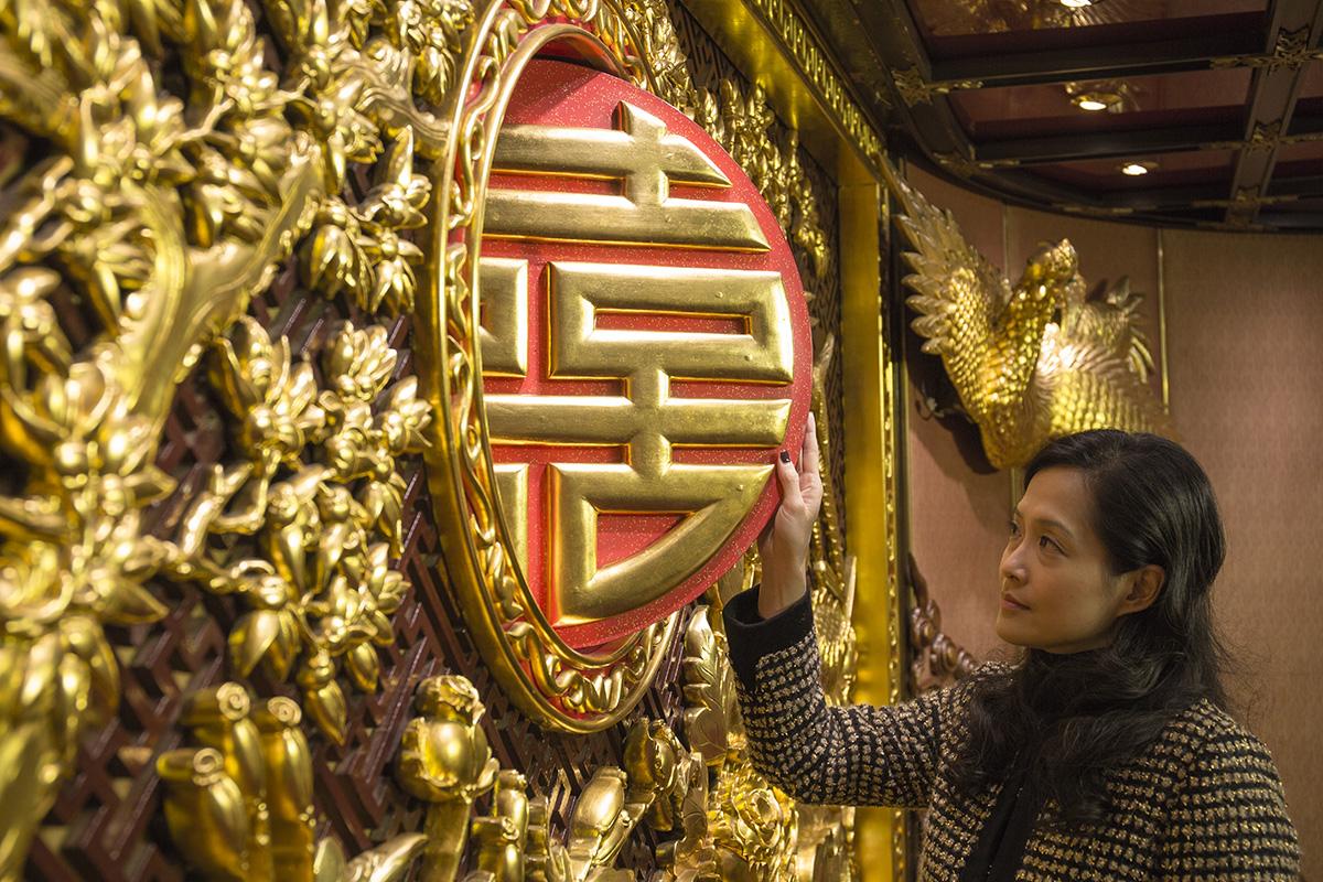 禮堂內藏機關,「囍」字圓板的另一面是「壽」字,令喜宴和壽宴都能在同一場地舉行。
