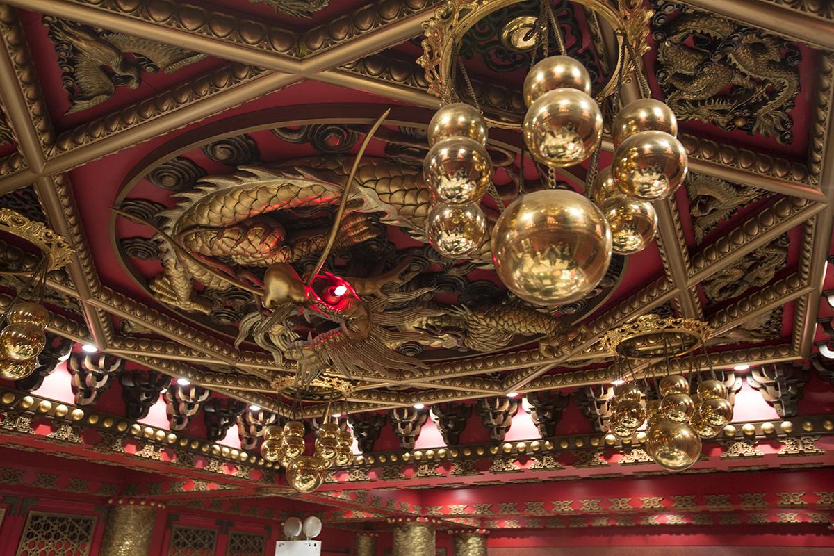 鏞記會議廳天花的龍團,是參考故宮太和殿的設計現場雕刻,甘琨禮見證它由一塊木頭雕琢而成,直言現在已難找到師傅製作。