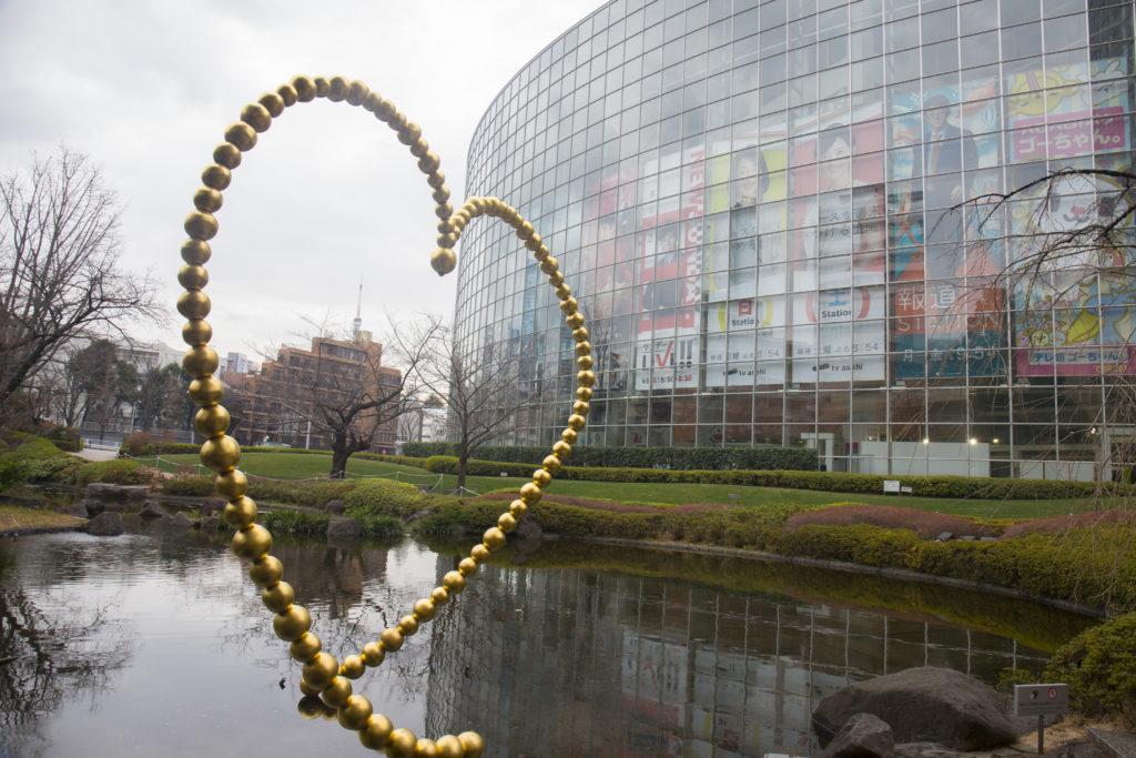 為慶祝六本木新城和森美術館成立 10 週年,法國藝術家Jean-Michel Othoniel創作了一個以金箔珠串成的心形裝置。