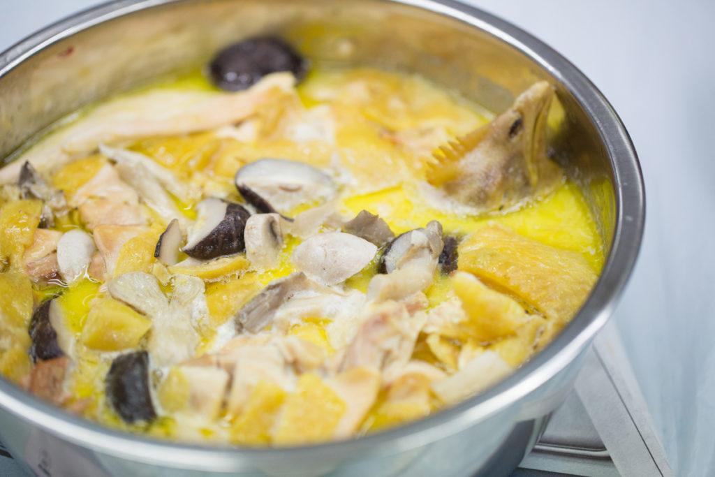 製作過程中將雞起骨,不用牙咬,豆漿浸過亦可豐富鈣質 。