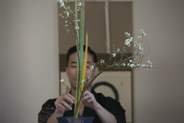 華道家元池坊香港支部長梁偉怡示範日本花道的生花插花過程