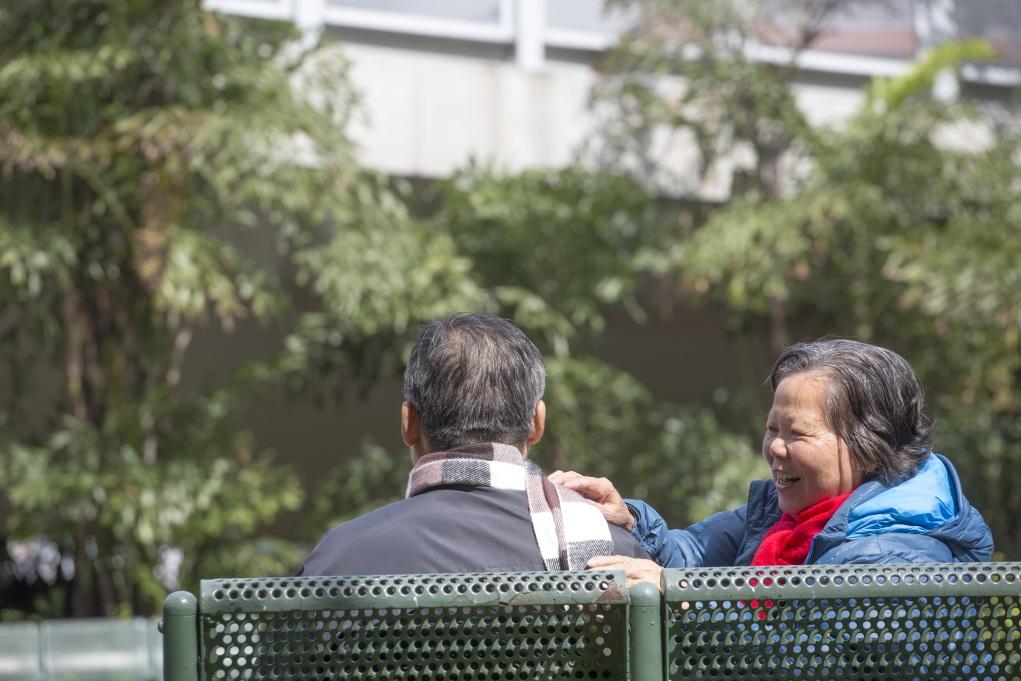 雪英說起在家鄉跟丈夫的新婚軼事,連夾餸也不敢碰到對方的筷子,就忍不住哈哈大笑。