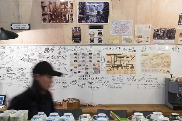 咖啡店關心社區,牆上有小型的社區地圖展覽。