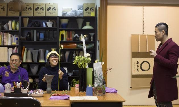 習花過程有張有馳,學生有藝術家蔡芷筠(中),老師是華道家元池坊香港支部長梁偉怡(右)。