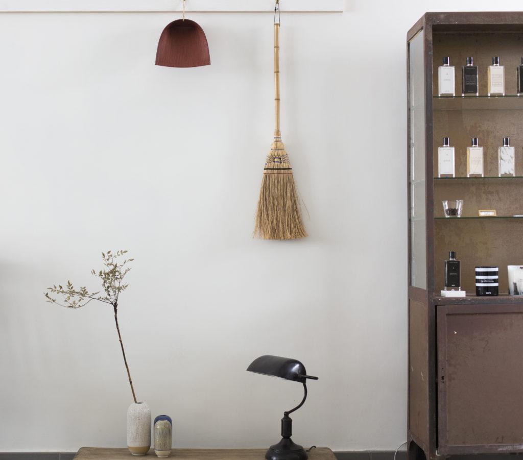 店內一隅,像北歐設計的佈置,Wallis喜歡留白,潔白的牆壁就是她創作的地方。