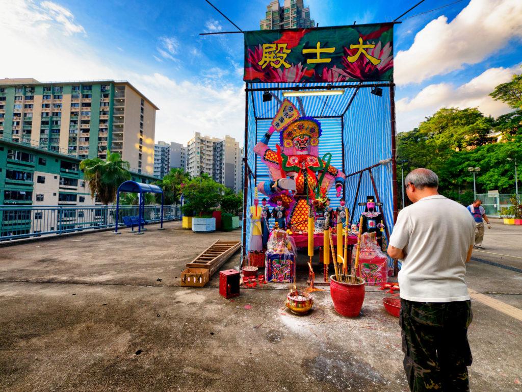 屋邨的平台、街市、小店都是他經常的取景地。