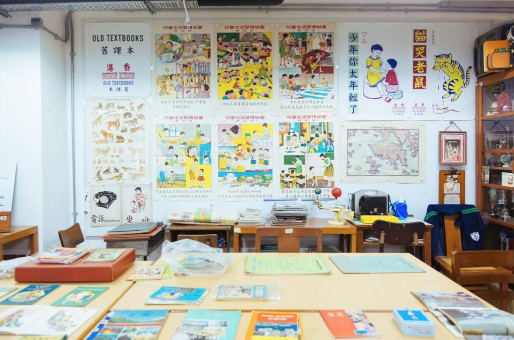 舊課本的工作室內擺了不少印有舊式插畫的印刷品。