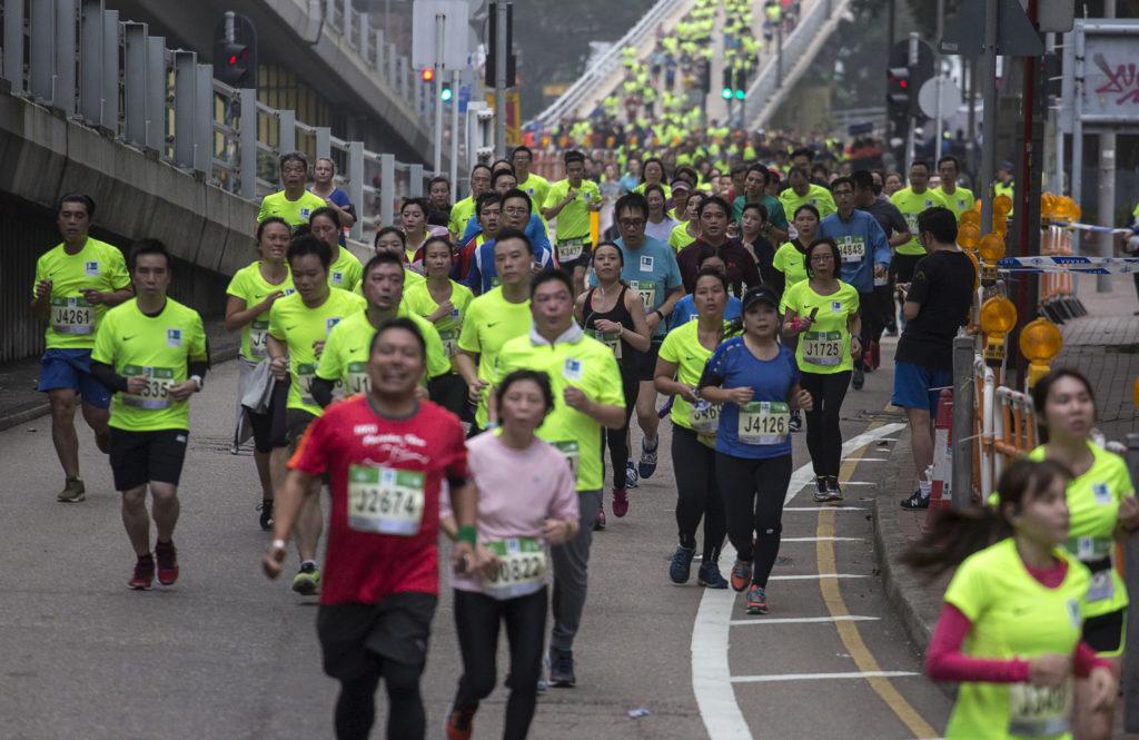 Participants run during the Hong Kong Marathon in Hong Kong on January 21, 2018. / AFP PHOTO / VIVEK PRAKASH