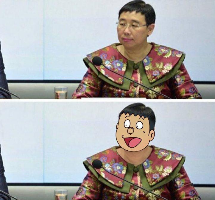 商務及經濟發展局常任秘書長利敏貞早前以中國風奇裝出席記招,被網民笑似技安。(設計圖片)