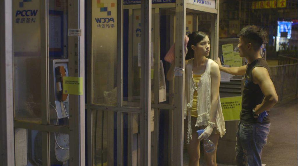 2013年她憑短片《落踏》獲得「鮮浪潮」最佳劇本獎。迷惘女生不斷「落踏」,做第三者如是,上正向課程如是。鬥雀時,雀踏打鬥的小踏台,就稱為「落踏」。