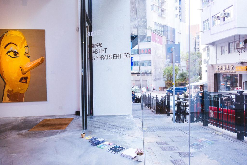 Contemporary By Angela Li位於上環荷李活道,門口的落地大玻璃讓公眾也可看到畫廊內的作品。