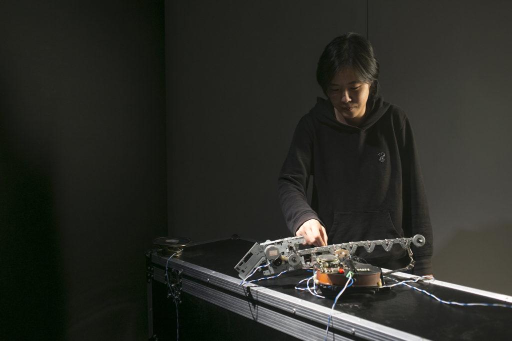 本地跨媒體藝術家卓穎嵐(圖片:作品握手(ak7 shou3),正在香港城市大學展出《在路上:中國青年媒體藝術家》展出,詳情:www.cityu.edu.hk/ontheroad)