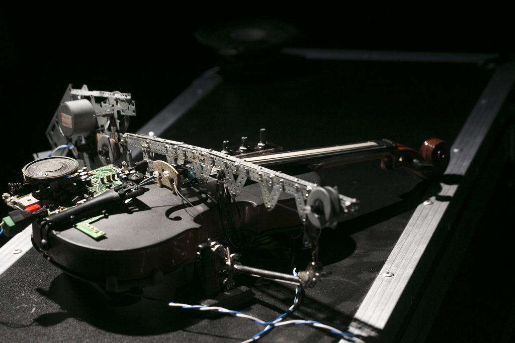 卓穎嵐的作品《握手》,以小提琴、卡式機及Arduino控制器造成,能發出刺耳的聲音。
