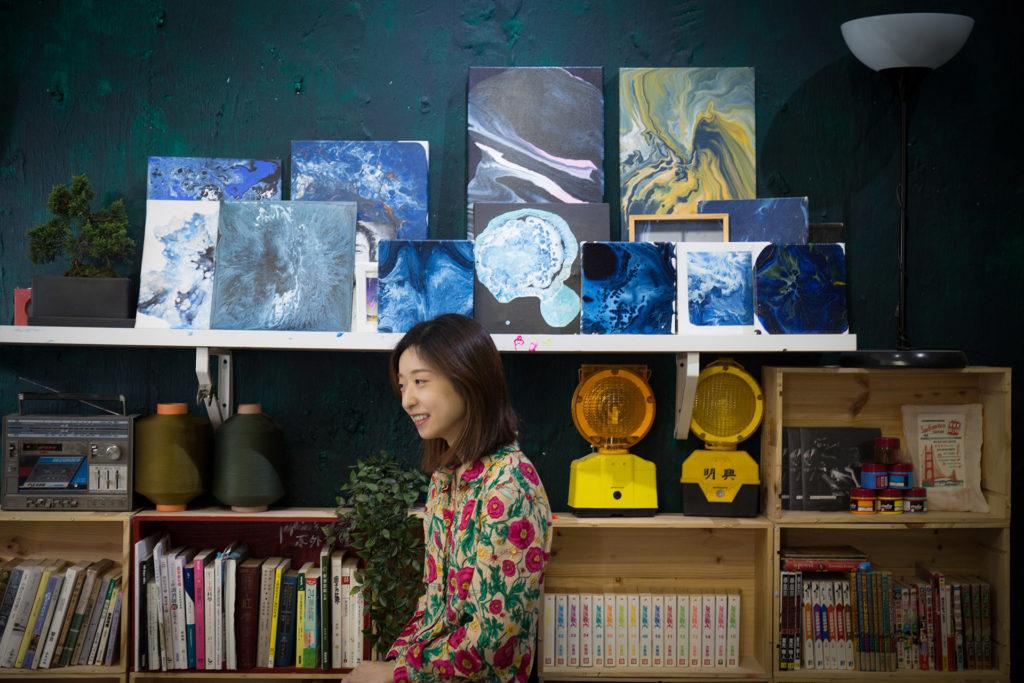 Jasmine是一名抽象畫畫家,常在書本、音樂、電影中尋找靈感。