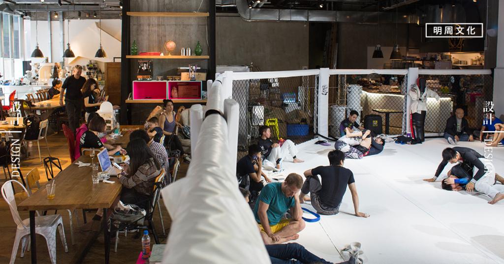 佔地五千多呎的空間,有人一邊在打MMA,在咖啡店的人卻又能悠然地享受咖啡,搭配出奇的和諧。