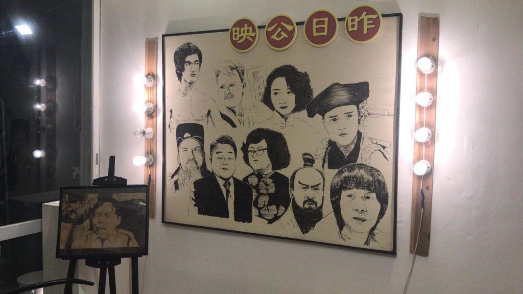 另一幅牆裝上鎢絲燈塑造舊戲院的感覺,並繪畫了多位已故的影星向他們致敬。(受訪者提供)