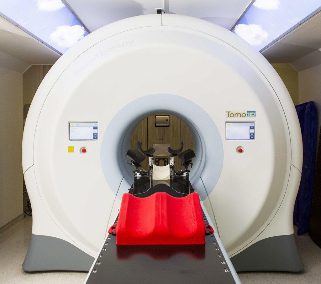 傳統電療的一般放射線範圍是40 x 40厘米,TomoTherapy螺旋放射治療則可涵蓋140厘米長度範圍,配合360度放射,可一次過為全身不同部位進行電療。
