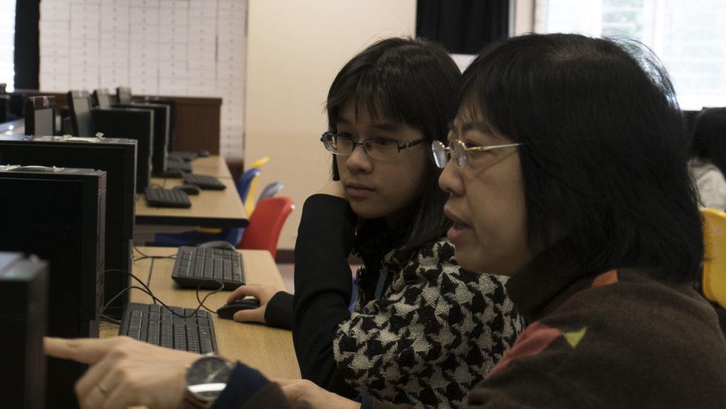 老師悉心教導學生用Scratch學程式。