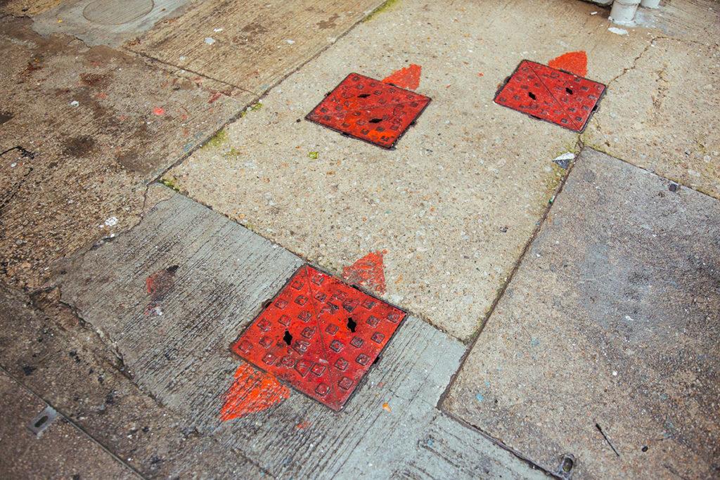 紅色的水掣蓋代表食水,箭嘴則標示了水管走向。