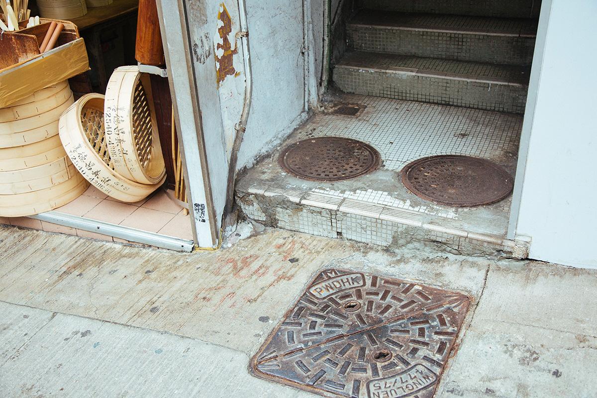 跟着中心導賞團遊走西營盤,能夠發現不少井蓋,根據上面刻鑄的文字與符號,能大柢估計到生產年份。