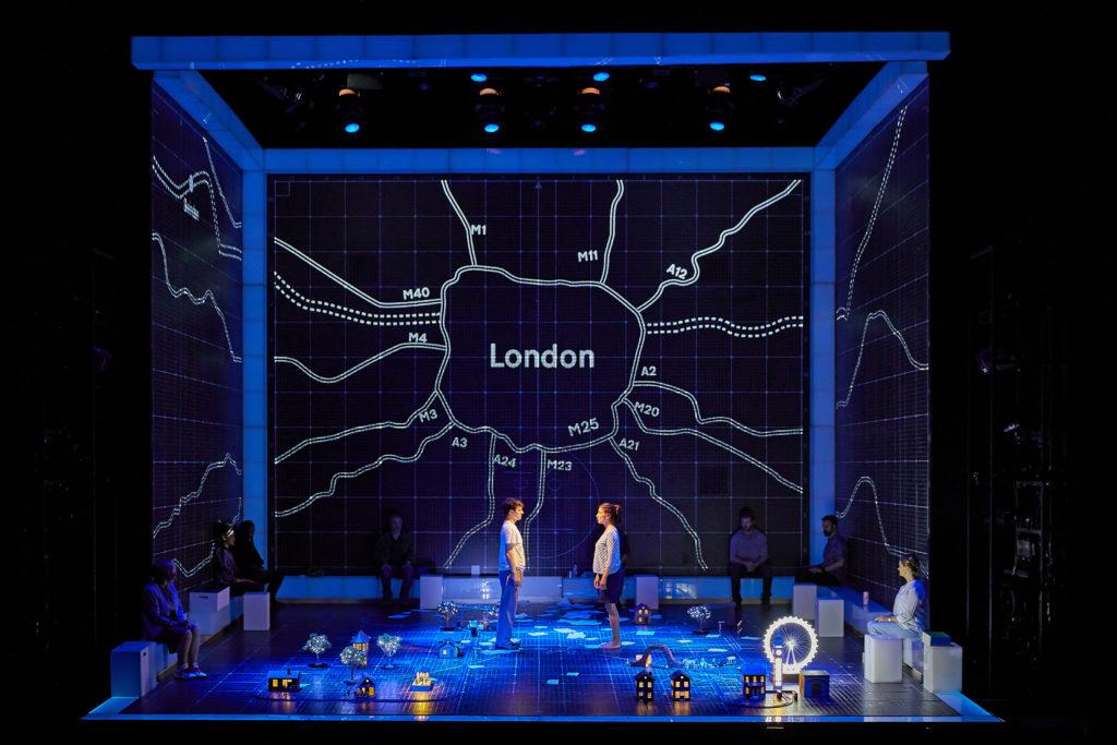 《深夜小狗神秘習題》的舞台設計使用了大量燈光和投影,把主角的虛幻想像呈現於觀眾眼前。