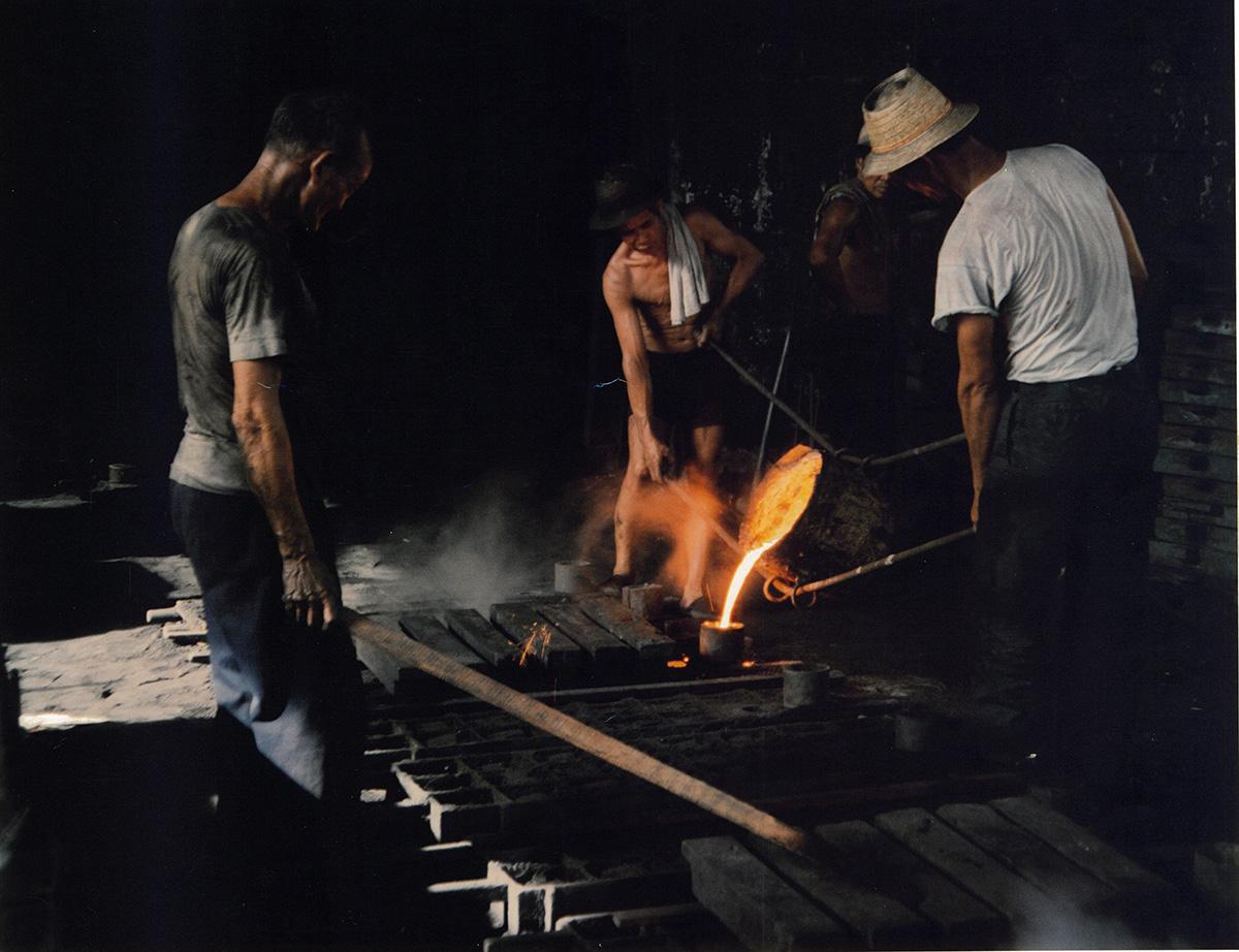 廠房設於坪輋的劉祥利鑄造廠在1985年的生產情況,當年一群攝影學會會員無意中路經廠房,徵得同意後,拍下香港砂鑄井蓋的爐房師傅鑄鐵工序。(照片由劉祥利鑄造廠有限公司提供)