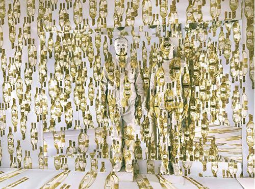 把自己的身體隱藏於商品的圖案中,劉勃麟的作品於釀酒所進行的行為藝術,名為《The Invisible Hands》。