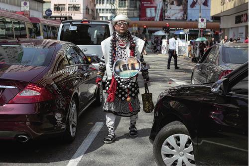 蛙王原名郭孟浩,香港初代行為藝術家之一,曾於葛量洪教育學院(現香港教育大學)、香港大學、中文大學、紐約藝術學盟(Art Students League of New York)等學府修讀藝術。作品多以概念及行為先行,亦有繪畫、雕塑、裝置等創作。