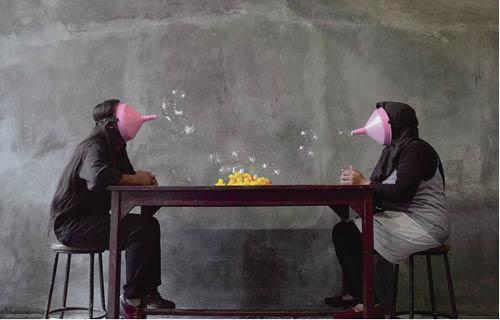 印尼藝術家FJ Kunting《Goal: Strong Relationship, but first, talk! 》,兩位表演者透過泡沬噴嘴來進行無言的討論。