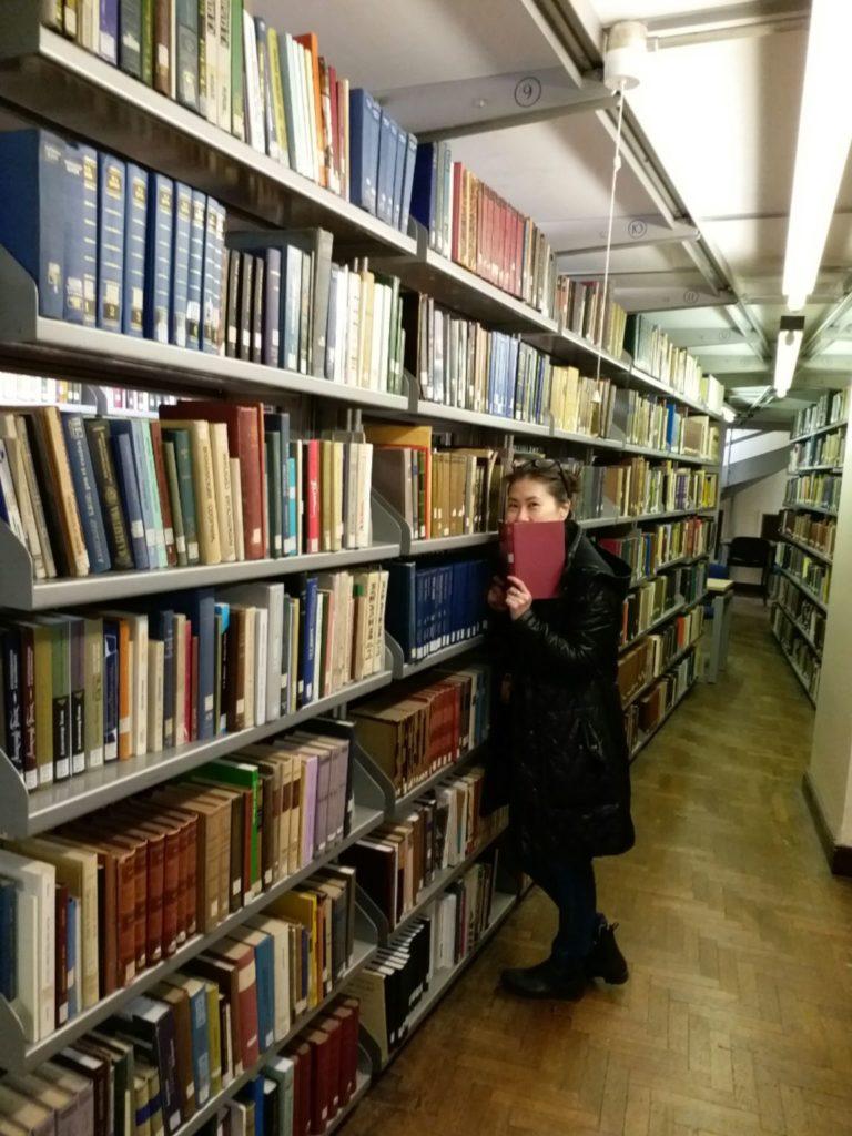 她到過哥哥就讀的英國University of Leeds圖書館留影。
