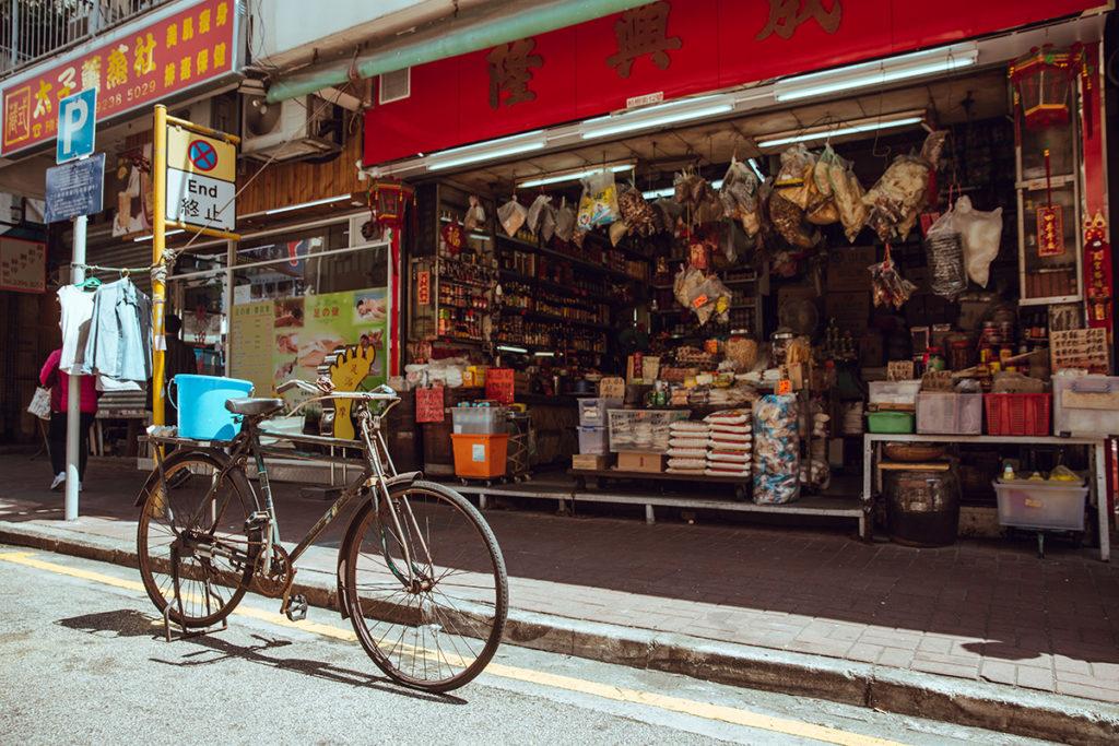 以前每一間舖頭都會用自己的單車送貨,是重要的搵食工具。