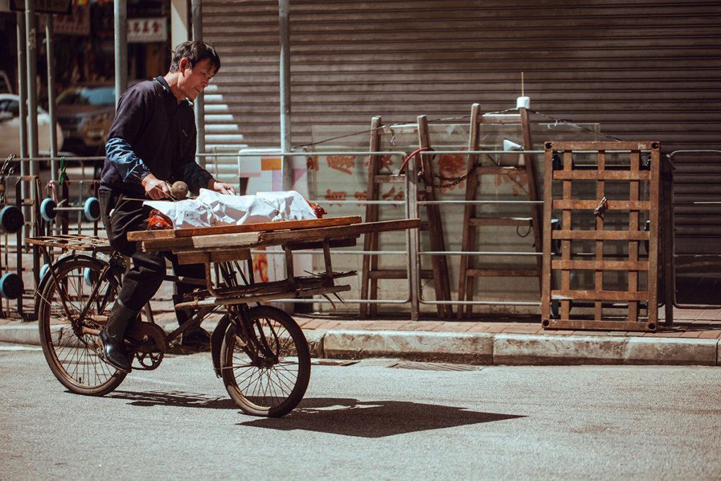 這款單車前轆比後轆小,踩起上來重心較低和穩固,車頭亦因此有更大的空間裝貨。圖中的單車正在運送一隻燒豬。
