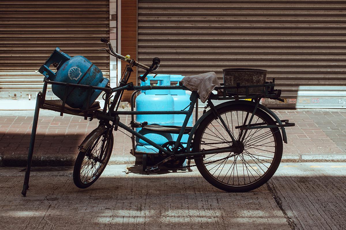 這些單車雖然又老又舊,但是鋼材質量好,一次過掛上十幾罐石油氣去送貨也沒問題。