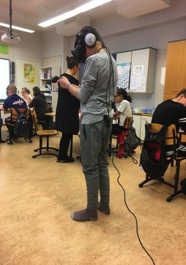 在Jalavapuisto 小學,同學們人手一部iPad以自己舒服的姿勢去為自己一個感興趣的國家作資料搜集,更可使用VR設備,「到此一遊」