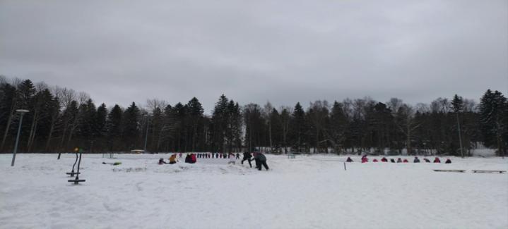 芬蘭學生運動課:溜冰。由於學校無圍欄,高年生會帶低年生在學校走一圈,讓他們知道沒圍欄的學校邊界在那裡。帶領孩子的工夫下放到高年級同學,有助學生建立責任感。